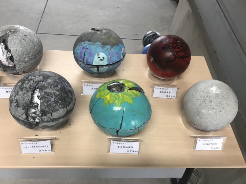 滾球賽後,測試壓壞的保齢球;陳振川說,這些活動可鼓勵年輕人發展出有興趣之先進混凝土產業。