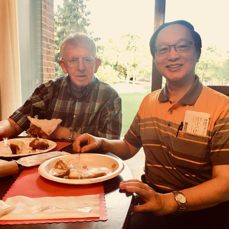 曹賜斌(右)於2016年與羅慧夫顱顏基金會共同去Grand Rappids,慶祝羅慧夫(左)90歲高壽,帶給他愛吃的台灣食物及生日蛋糕,他非常很高興。