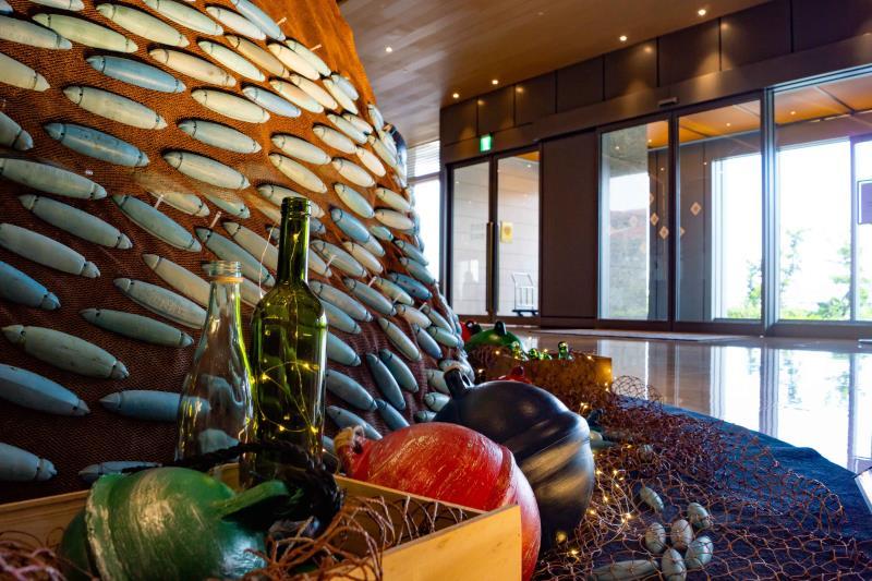 迎接耶誕佳節,澎澄飯店特別於大廳打造全台唯一海廢裝置藝術聖誕樹 ,讓海洋廢器物轉化成富有藝術感及功能性的藝術品。