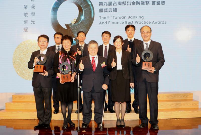華南金控與華南銀行榮獲菁業獎3項優等獎,台灣金融研訓院董事長吳中書(前排左三)、華南金控總經理羅寶珠(前排左二)及同仁合影