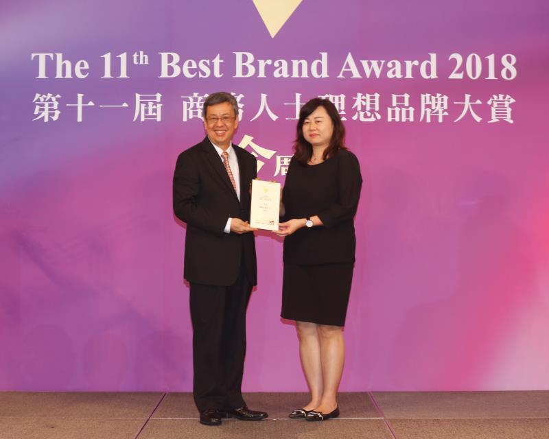 BMW總代理汎德營業暨行銷副總經理李昀潔(右),接受副總統陳建仁(左)頒獎。