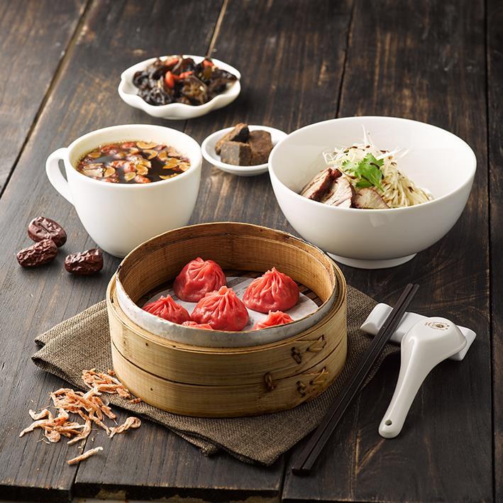 養生套餐包含別具特色的紅糟豬黑糖麻油麵、櫻花蝦小籠包、紅棗枸杞茶。