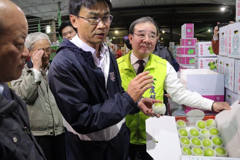 因應春節農產供貨狀況,陳吉仲(中)赴台北農產公司巡視。