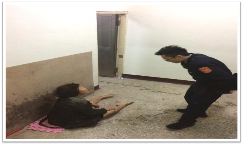 員警尋獲迷途婦人時,查看陳母意識是否清醒。