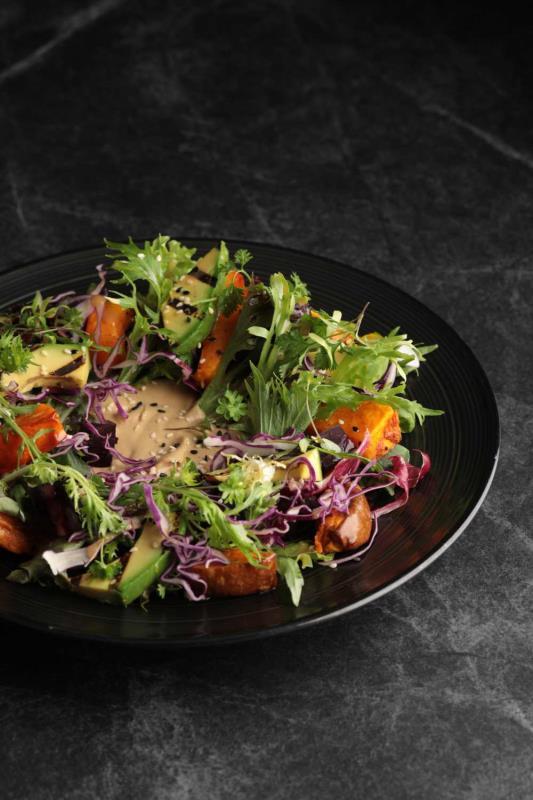 香烤蔬菜鱷梨搭鷹嘴豆泥沙拉。