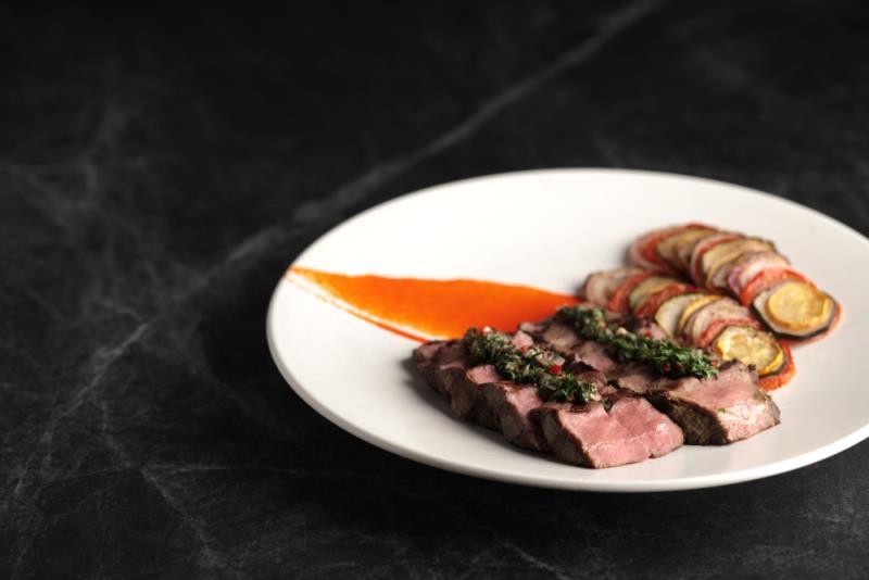 炭烤特選板腱牛排,烤蔬菜,阿根廷風味醬汁。