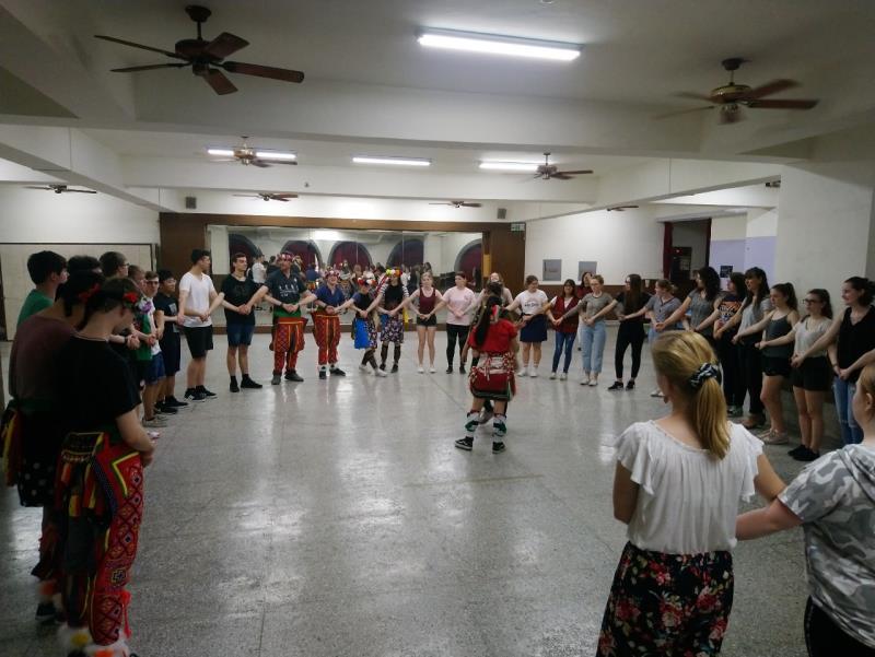 德國姐妹校師生體驗台灣原住民傳統舞蹈。