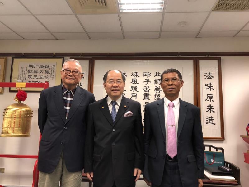 八田與一文化藝術基金會董事兼執行長黃金山(左)、副執行長林定逵(右),是邱秋林(中)推廣與執行會務的重要左右手。