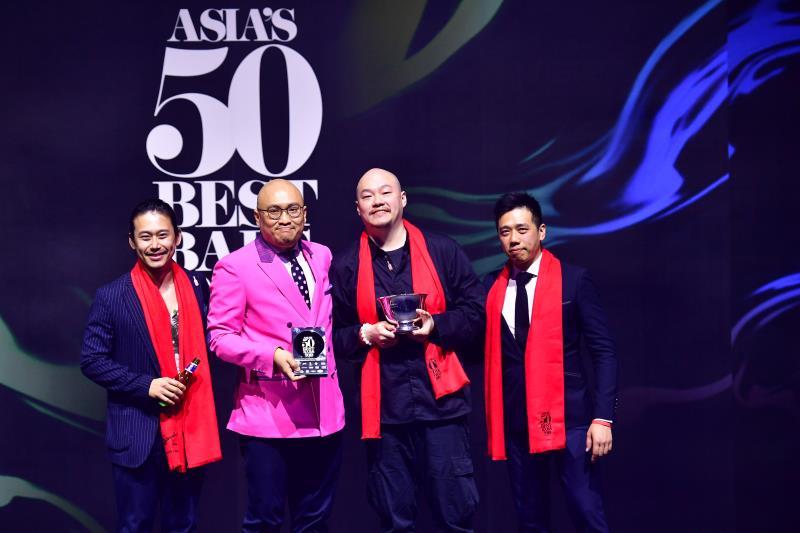 「亞洲50最佳酒吧」台灣的傑出得獎者合影,Draft Land的Angus Zou鄒斯傑(左起)、Indulge Bistro實驗創新餐酒館的Aki、Bar Mood吧沐的Nick Wu吳盈憲。