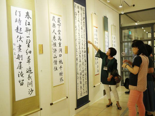 台灣墨秀書道會第5屆師生聯展23日起至29在國父紀念館逸仙藝廊展出,25日舉行開幕式,吸引不少民眾駐足觀賞書法之美。中央社記者張新偉攝