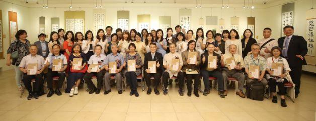 台灣墨秀書道會第5屆師生聯展25日在國父紀念館逸仙藝廊舉行開幕式,台灣墨秀書道會會長渡邊光章(前右7)出席,前奧運國手紀政(前左6)也到場參與。中央社記者張新偉攝