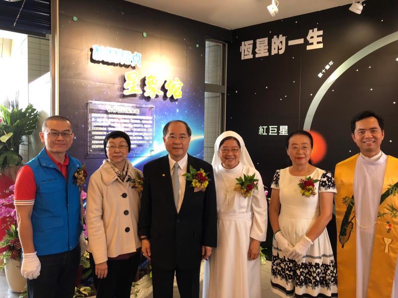 邱秋林(左三)贈崇光女中「秋林信貞」星象館 ,5/31舉辦揭牌儀式。