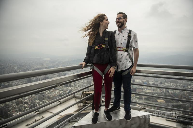 台北101營運15年以來,14日開始首度對外開放亞洲最高的戶外頂樓觀景台,還有專人拍下紀念照,每天限量36人預約,一人3000元。(台北101提供)中央社記者劉麗榮傳真