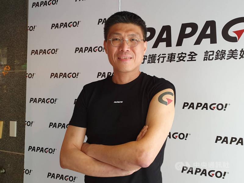 一手打造PAPAGO的研勤科技董事長簡良益將自家品牌LOGO紋在手臂上,展現帶領團隊走向高峰的決心。中央社記者江明晏攝 108年6月13日