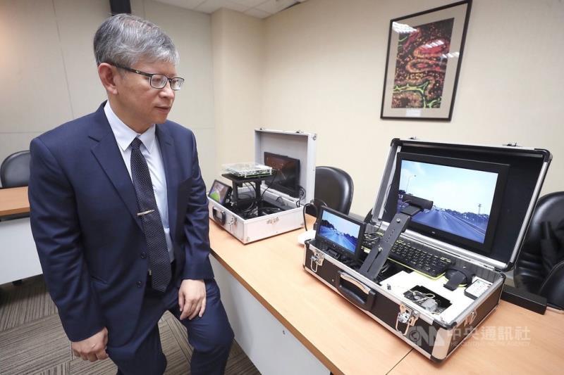 科技部12日在台北舉行記者會,國立交通大學教授郭峻因(圖)結合AI人工智慧與自駕車開發出「嵌入式AI物件辨識系統」,包括高效率的自動化標記,可偵測200公尺外車輛,還能預測後方車輛3秒內是否超車,已獲28家廠商合作。中央社記者吳翊寧攝 108年6月12日