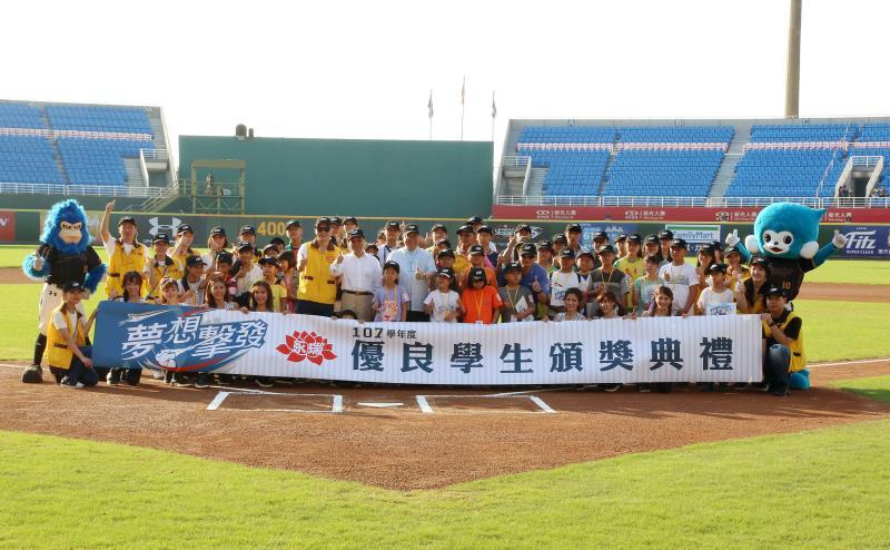 6月15日永瑞頒獎典禮邀請獲獎學生於棒球場中接受全場歡呼鼓勵,表揚他們不畏困境持續向學.