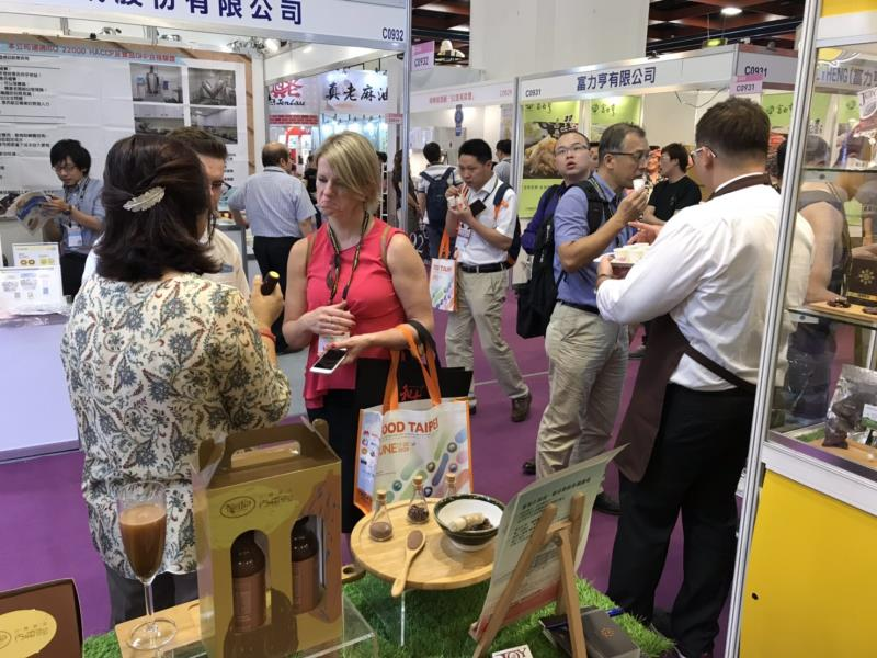 「屏東可可」相關產品,於國際食品ˋ展中獲得許多廠商青睞,詢問度很高。