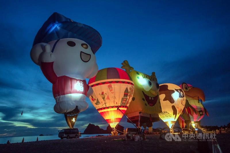 東海岸三仙台6日清晨舉辦熱氣球光雕音樂會,迎接美麗曙光。(台東縣政府提供)中央社記者盧太城傳真 108年7月6日