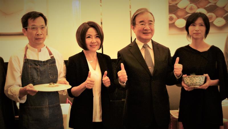 藝人余美人(左2)與農糧署長胡忠一(右2)9/23出席業者的醬油入菜的記者會