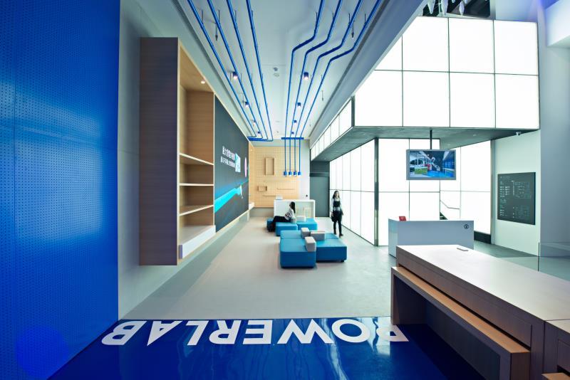 台電於新板特區全新打造的「D/S ONE電幻1號所」是展示館、電力樂園、能源健身房,也是台電公司綠色智慧未來的概念旗艦店。