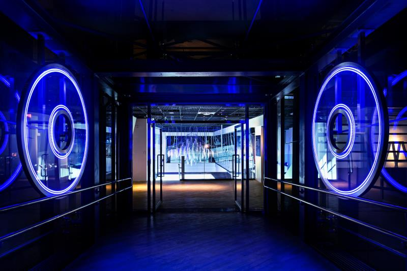 「D/S ONE GALLERY」藝廊可以連通至新板特區百貨商場,將定期展出以藝術與能源互為主體的作品。