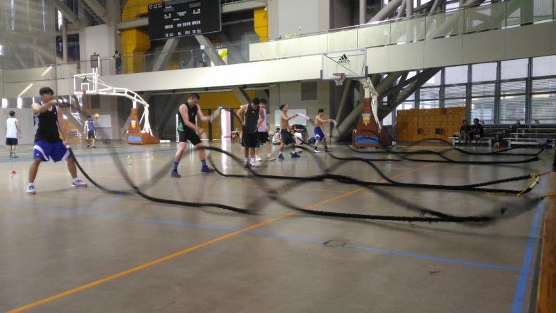 臺灣大專籃球隊員使用戰繩進行體能訓練。