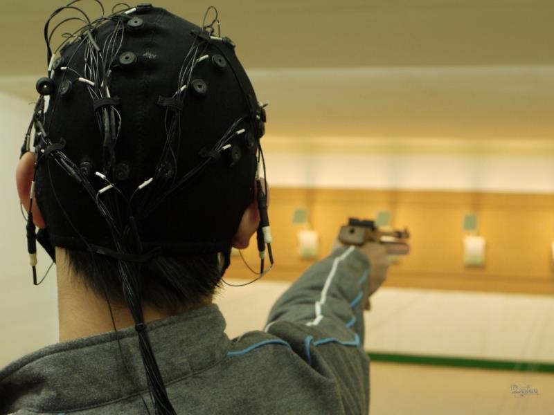 受試者實際應用控制腦波技術去射擊。