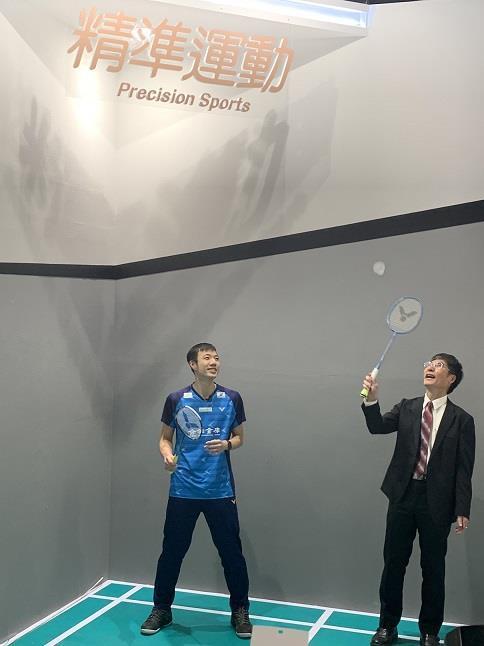 陳良基部長與合庫選手王子維一起體驗智慧羽球