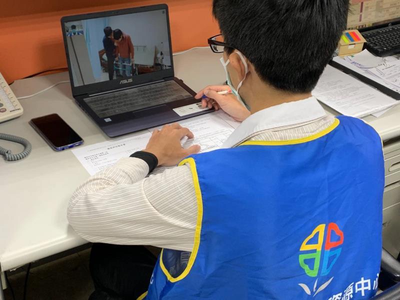 新北市輔具中心透過線上遠距評估幫身障者或長照需求者評估。