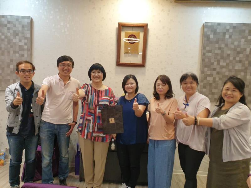 張錦麗局長(左3)特別感謝右起社會局救助科長石玉麗、新莊課長邱素蘭、蘆洲課長吳麗。