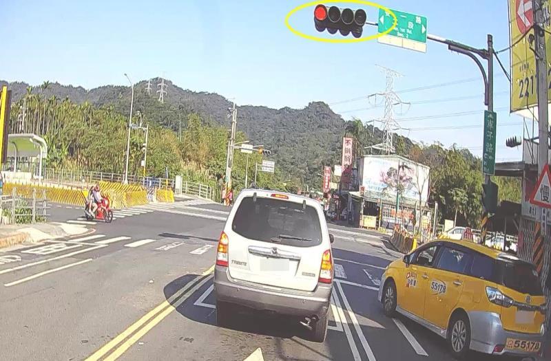 新北呼籲 : 汽車或重機等候紅燈勿佔機車停等區。