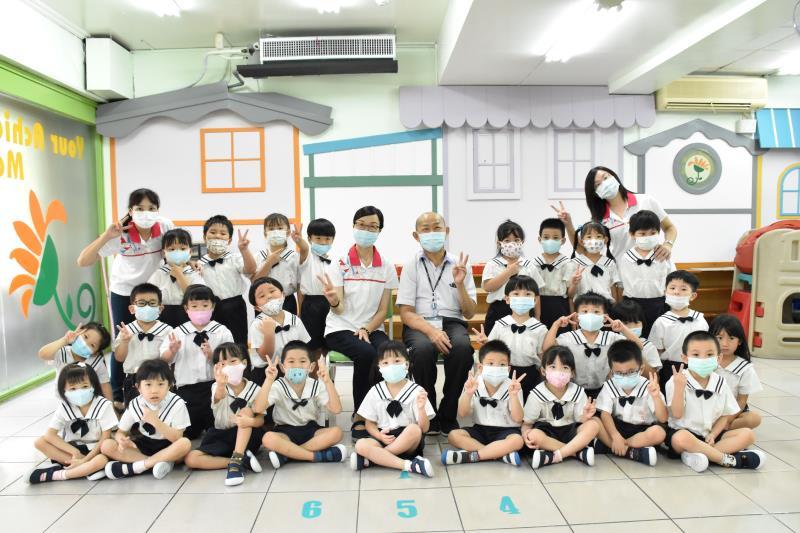 新北市教育局副局長歐人豪到汐止區私立向日葵幼兒園參加準公共幼兒園課程活動。