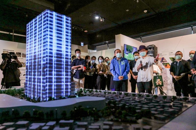 台北科技大學工業設計系江振維教授為侯市長介紹和學生們一起設計的三重第二行政中心。