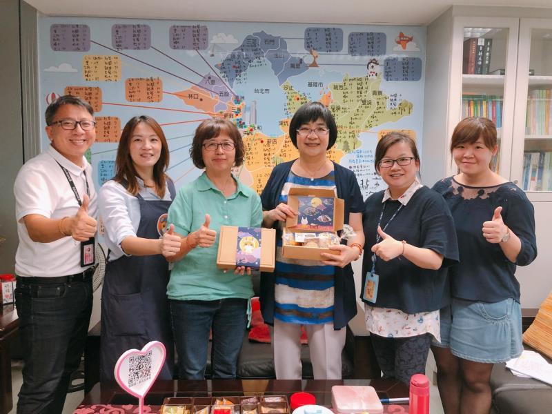 少年培力園主任莊宛蒨(左2)送「貓焙你飛」蛋黃酥  感謝社會局長張錦麗(左4)、副局長許秀能(左3)等人的協助和鼓勵。