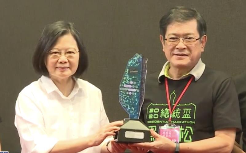 台電董事長楊偉甫與蔡英文總統合影