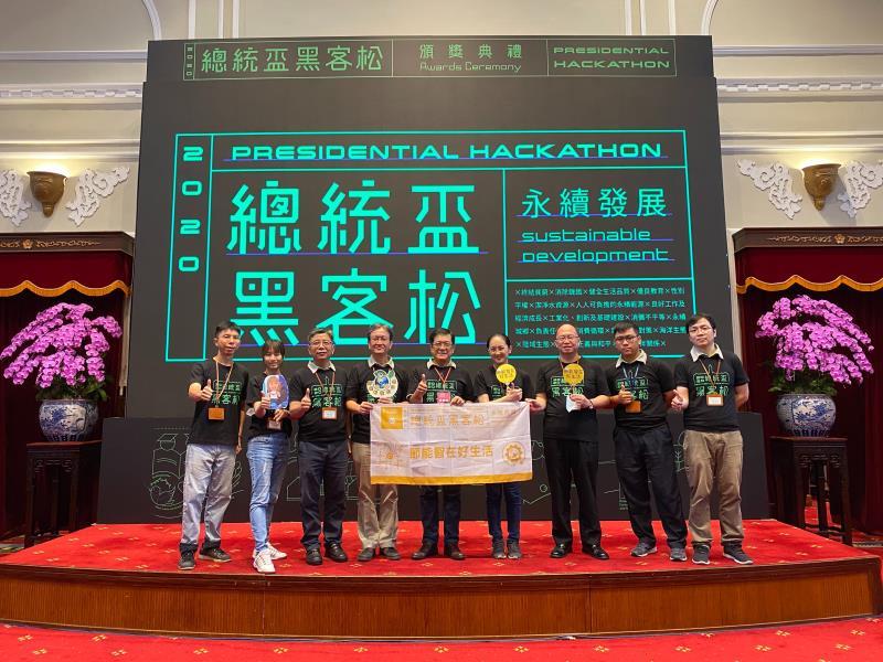 台電「節能智在好生活」團隊獲頒2020「總統盃黑客松」最高榮譽「卓越團隊」獎,由台電董事長楊偉甫(左5)、副總王耀庭(左4)率領參賽好手參加總統府頒獎典禮。
