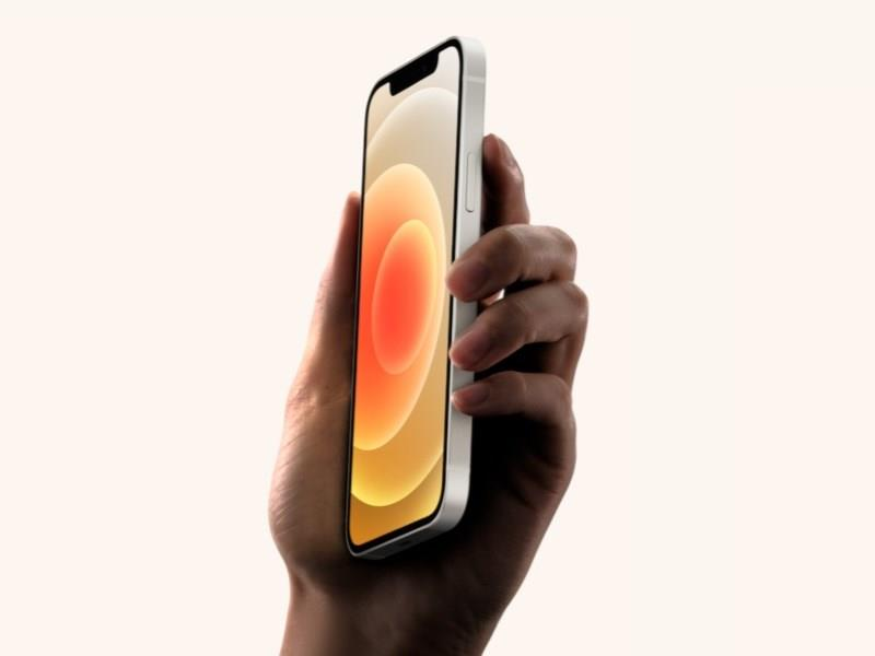 蘋果公司5G版iPhone 12系列手機包裝盒內將移除俗稱「豆腐頭」的充電器和有線耳機。(圖取自蘋果公司官網apple.com)