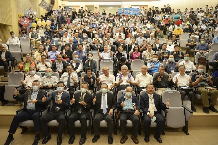 新北市市長侯友宜(前排右3)及公共工程優質獎得獎廠商合照留念。