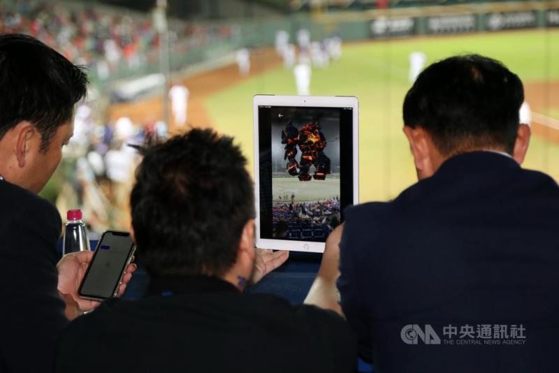 光禾感知提出「智慧球場解決方案」,提供互動式觀賽體驗,球迷可透過AR觀看表演並互動玩遊戲。(光禾感知提供)中央社記者梁珮綺傳真 109年10月24日