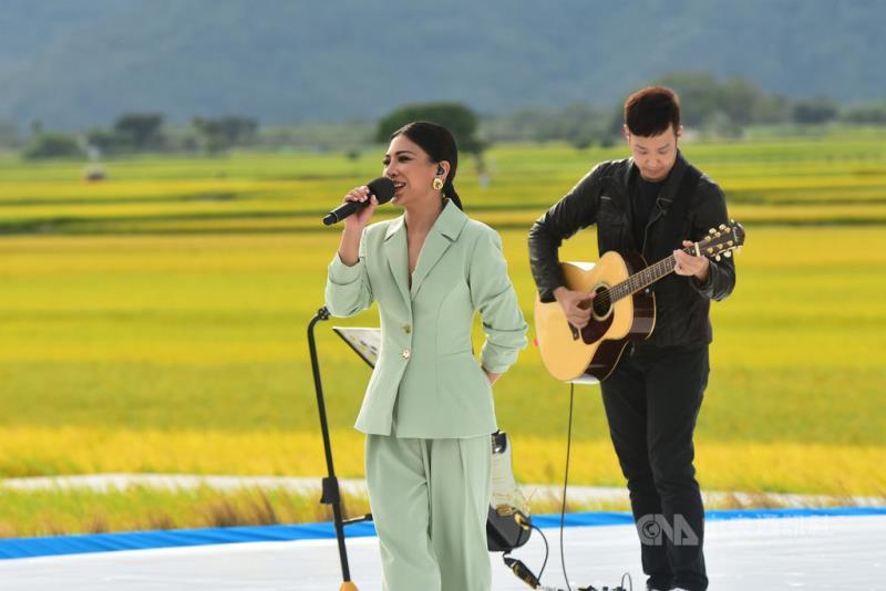 歌手艾怡良(左)25日登上2020池上秋收稻穗藝術節舞台,為觀眾帶來多首歌曲,她表示,「這是我第一次在沒有建築物的地方看中央山脈,我以前很喜歡爬山,只要站在山巔就會忘記煩惱。」(台灣好基金會提供)中央社記者王心妤傳真 109年10月25日