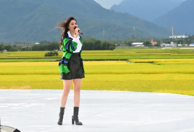 2020池上秋收稻穗藝術節25日繼續展開,歌手A-Lin也到場開唱,唱完事先準備的歌曲後,還被鼓譟加碼,她面對群山與稻田,以原住民語清唱「日出東方」。(台灣好基金會提供)中央社記者王心妤傳真 109年10月25日