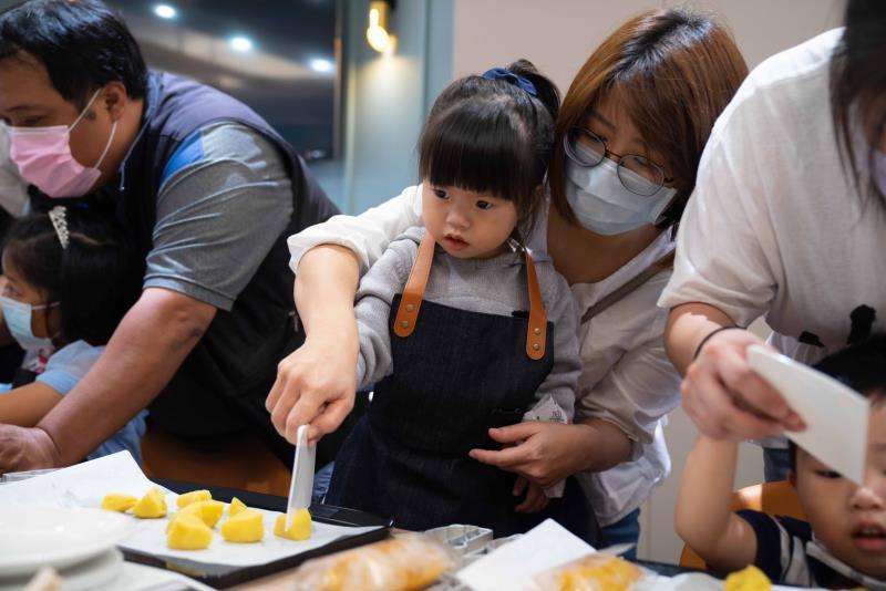 DIY手作教室,可以自己動手製作台灣造型鳳梨酥,要讓消費者有截然不同的購物體驗。