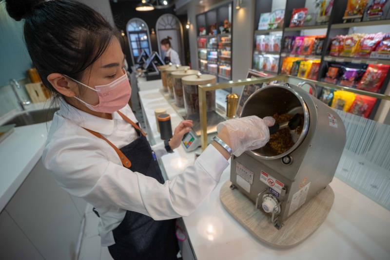 新東陽首度推出客製化現炒肉鬆,消費者可以選擇自己喜愛的配料跟容器後,現場直接以焙炒方式,炒出專屬於個人喜好的美味肉鬆。