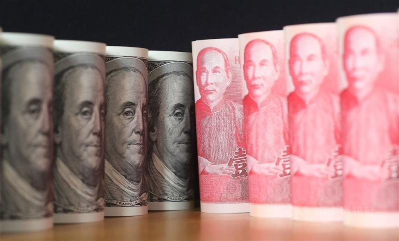 台北外匯市場新台幣兌美元匯率23日一開盤即升逾2角,升勢凌厲,隨即站上28.1價位,一度觸及28.138元,大升4.07角。(中央社檔案照片)