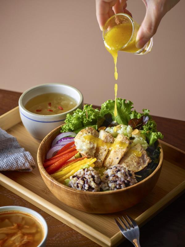 好丘於信義店全新推出主食木碗沙拉,澎湃份量和多種主菜選擇,是輕盈飽足與共食分享的首選.(圖/好丘提供)