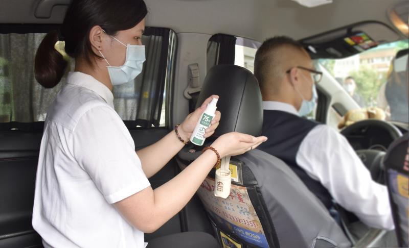 台灣大車隊超前業界隨車配備酒精消毒瓶,獨家提供乘客隨時消毒的安心搭乘環境。