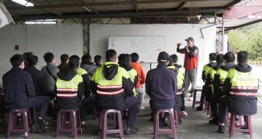 員警們於三榮駕訓班教室認真聆聽閔教練學、術科課程
