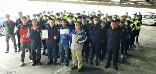 前排:三峽分局副分局長 林柏宏致贈三榮駕訓班感謝狀。三峽、土城、板橋三分局員警精實訓練、獲益良多