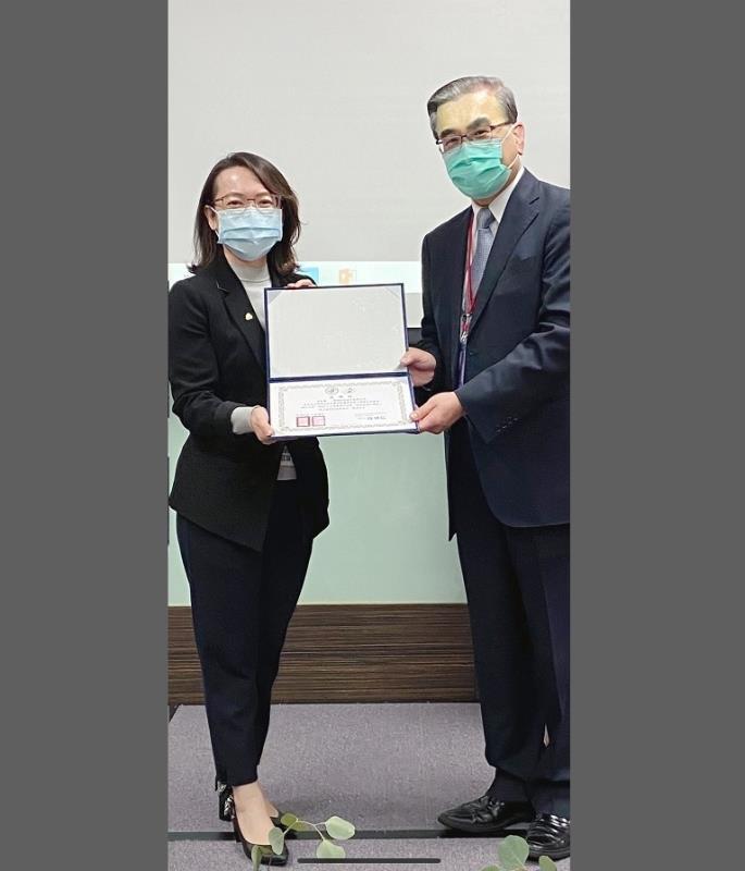 慧德科技總經理李慧鈴(左)獲頒感謝狀,頒獎者為台灣臨床病理暨檢驗醫學會理事長薛博仁醫師(右)