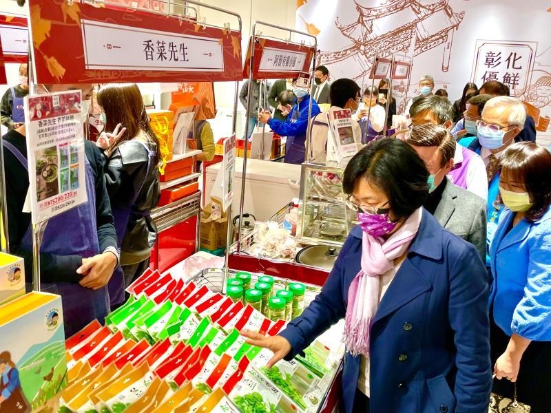 縣長王惠美再次北上到遠百信義店,把「彰化優鮮」符合3章1Q的優質農特產品帶到台北,與北台灣的鄉親分享,吃到最營養最健康又美味的產品。